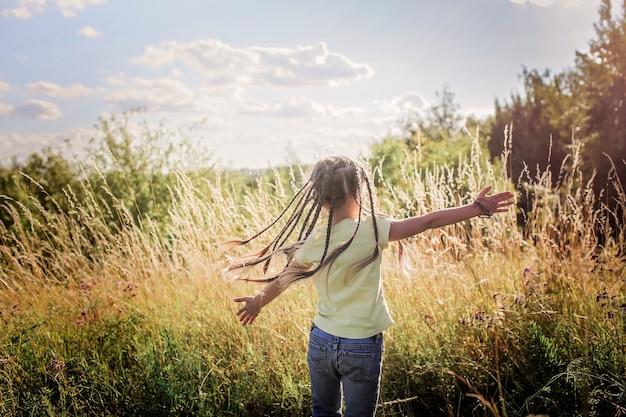 Bambino in un campo di grano. messa a fuoco selettiva. natura ...
