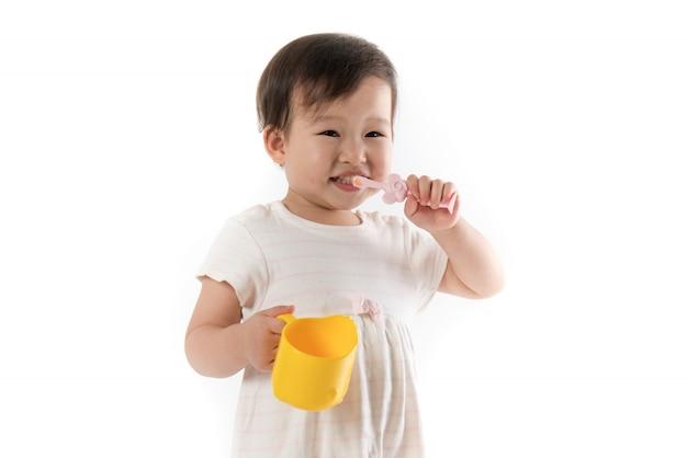 Bambini che si lavano i denti su bianco