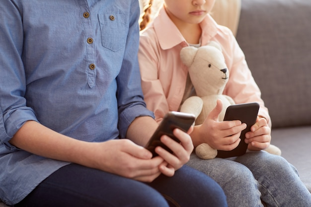 Bambini che tengono gli smartphone