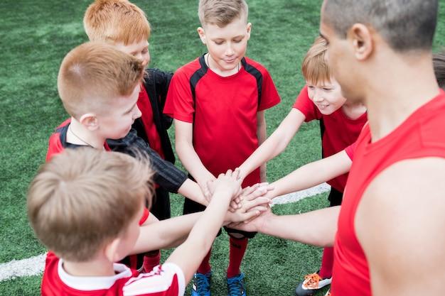 Bambini che uniscono le mani prima della partita