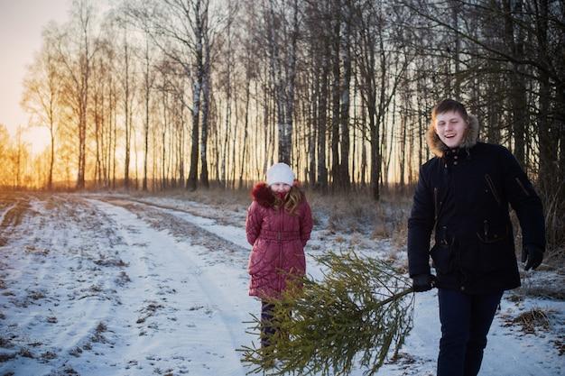 Bambini con albero di natale