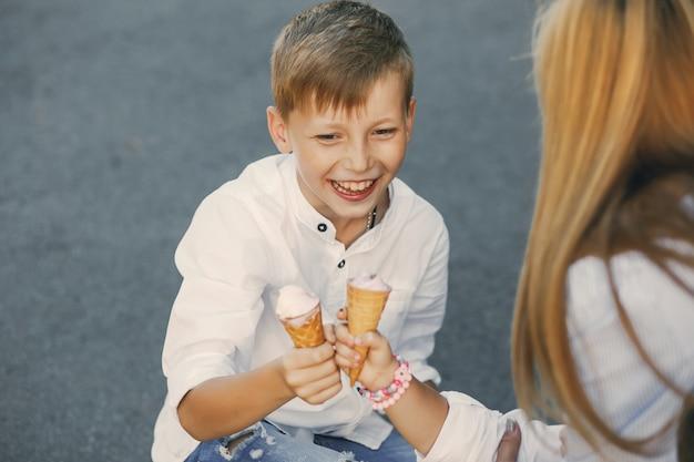 Bambini con gelato