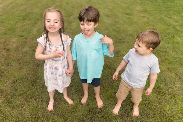 Bambini con la lingua fuori