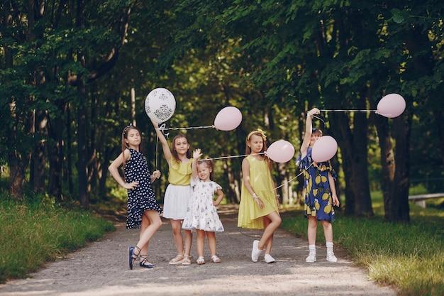 Bambini con palloncini