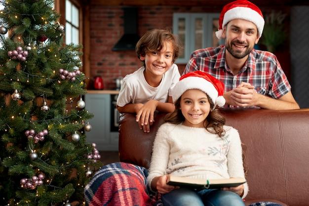 Bambini del piano americano con il padre che posa insieme