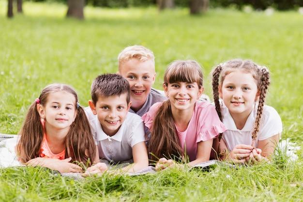 Bambini di vista frontale che si rilassano sulla coperta