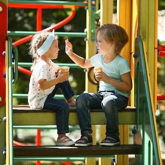 Bambini di vista laterale nel gioco del parco