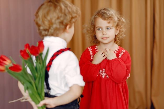Bambini eleganti con bouquet di tulipani