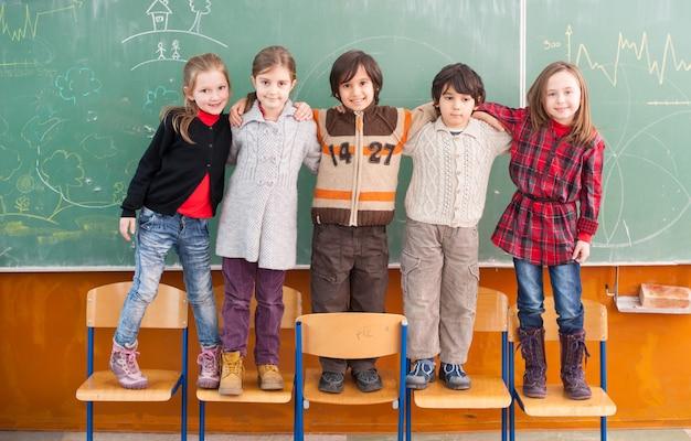 Bambini felici a scuola