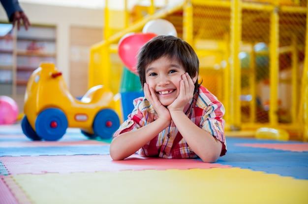 Bambini felici al parco giochi al coperto