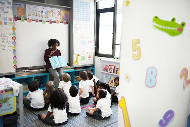Bambini felici alla scuola elementare
