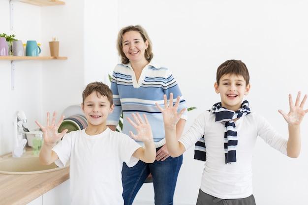 Bambini felici che mostrano le mani pulite