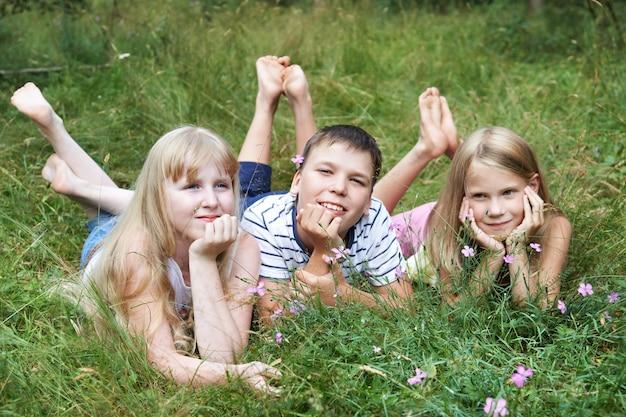 Bambini felici che si trovano sull'erba