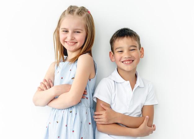 Bambini felici con le mani incrociate
