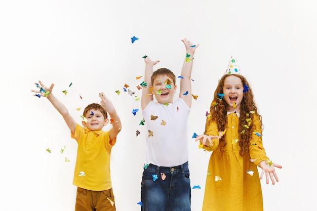Bambini felici con palloncini alla festa di compleanno felice.