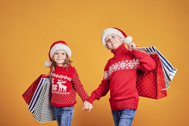 Bambini felici con regali di natale e palloncini