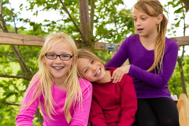 Bambini felici in giardino e ridere