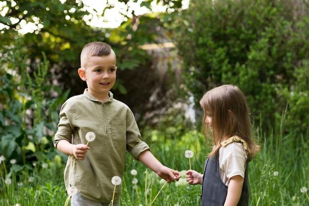 Bambini felici insieme in natura