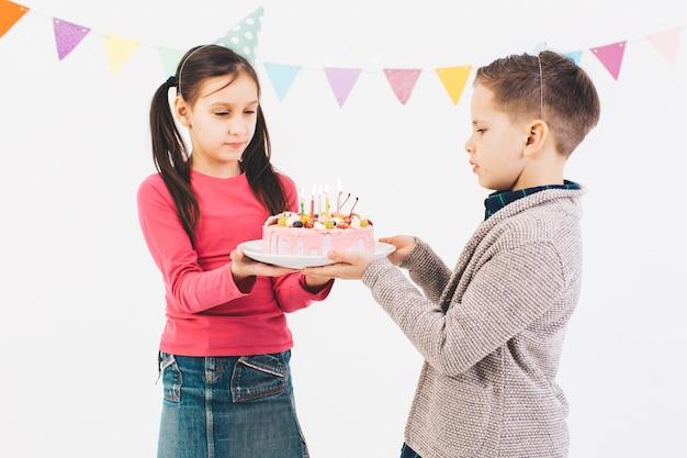 Bambini festeggiano un compleanno