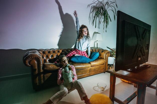 Bambini giocosi che si divertono a casa