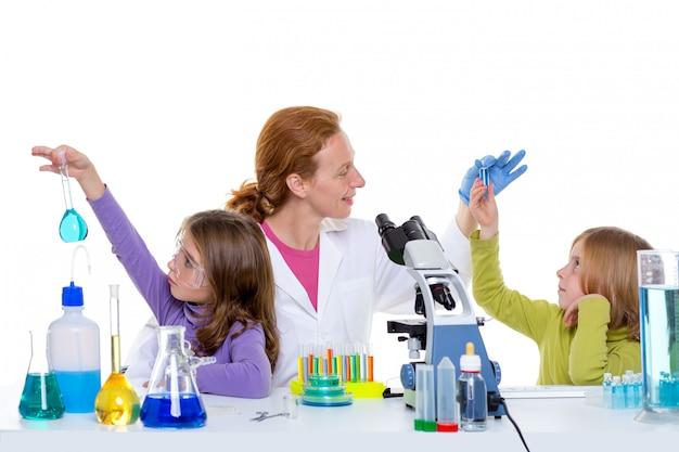 Bambini girlas e donna insegnante al laboratorio scolastico