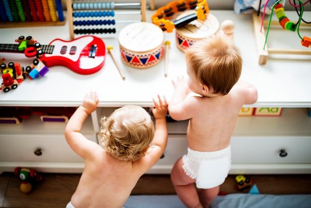 Bambini in pannolini che giocano insieme