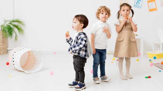 Bambini in posa mentre giocano insieme