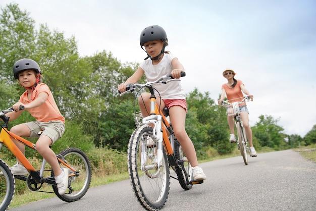 Bambini in sella a una bicicletta