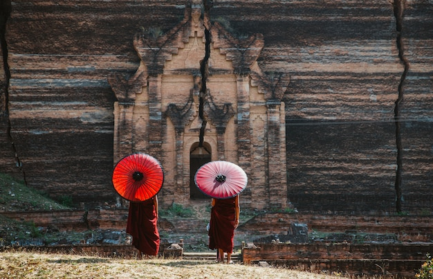 Bambini monaci che trascorrono del tempo insieme alla pagoda. in myanmar i bambini iniziano l'addestramento per diventare monaci all'età di sette anni
