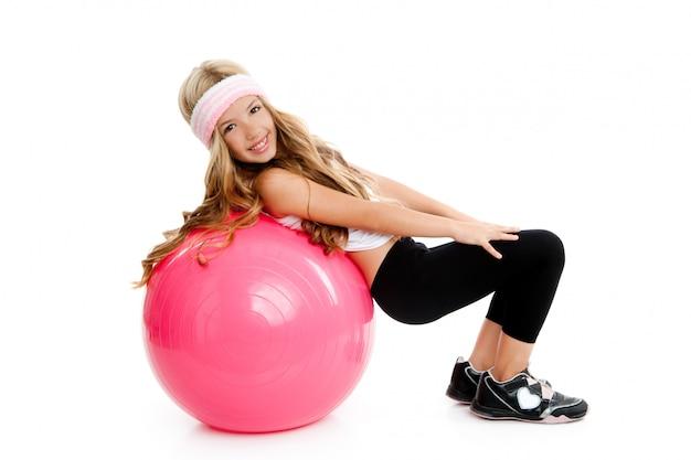 Bambini palestra ragazza yoga con palla rosa pilates