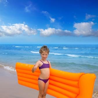 Bambini ragazzino ragazza giocando in spiaggia salotto galleggiante