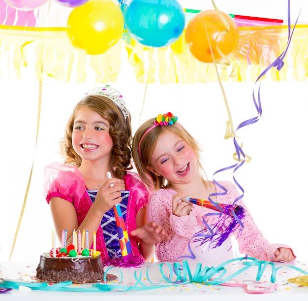 Bambini ragazzo in festa di compleanno ballando ridendo felice