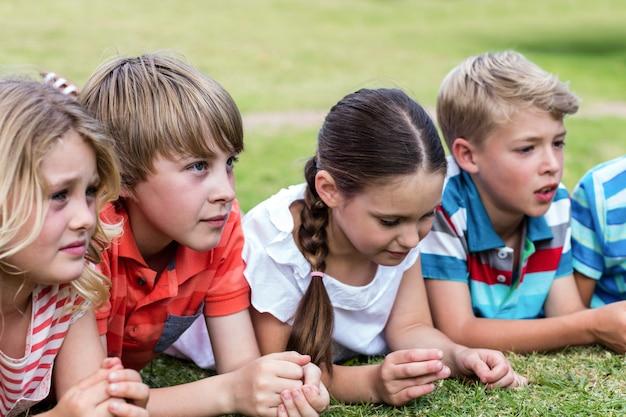 Bambini sdraiati sull'erba