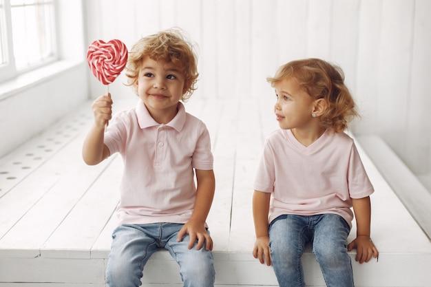 Bambini svegli che si divertono con le caramelle