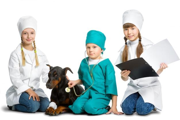 Bambini vestiti da cani curati dai medici