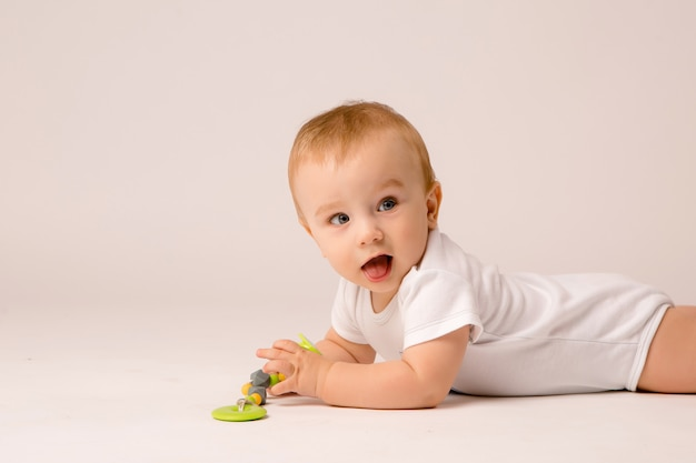 Bambino 8 mesi su sfondo bianco