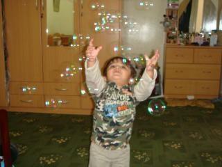 Bambino a caccia di bolle