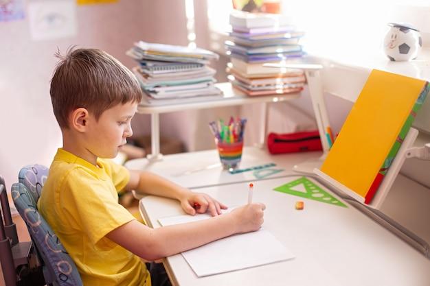 Bambino a fare i compiti. imparare a casa, concetto di auto quarantena