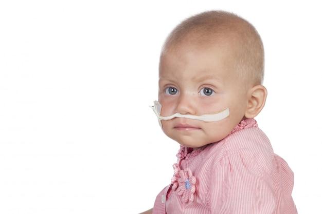 Bambino adorabile che batte la malattia