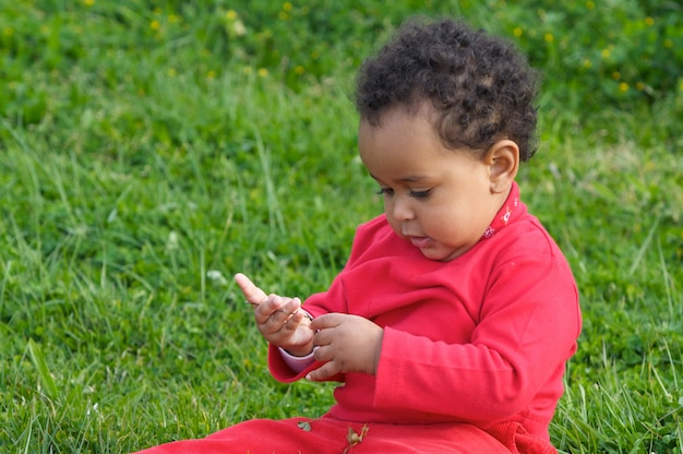 Bambino adorabile che gioca sull'erba verde