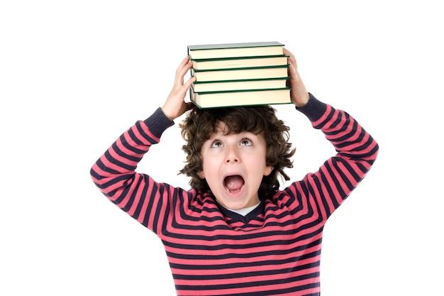 Bambino adorabile con molti libri sulla testa isolata sopra bianco
