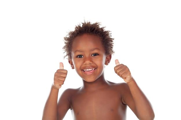 Bambino africano che dice bene isolato su fondo bianco