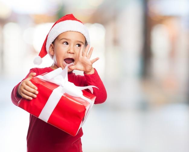 Bambino allegro urlando con sfondo sfocato