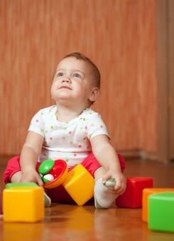 Bambino annuale con i giocattoli