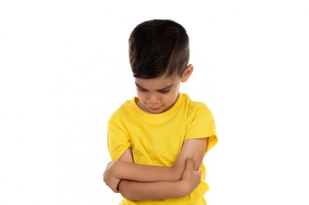 Bambino arrabbiato con t-shirt gialla