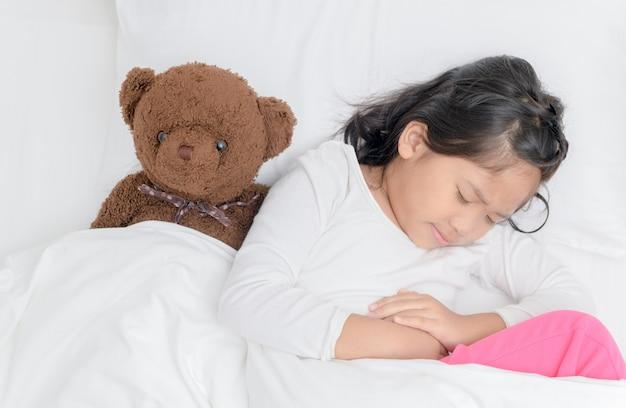 Bambino asiatico che soffre di mal di stomaco