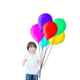 Bambino asiatico del primo piano con l'aerostato variopinto isolato su fondo bianco