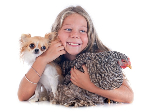 Bambino, cane e pollo