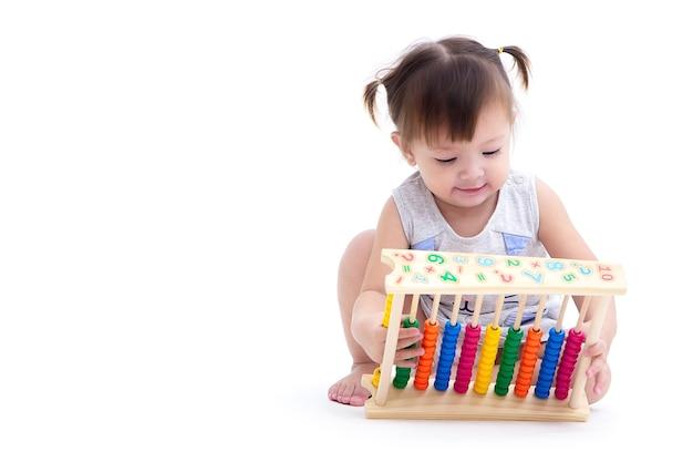 Bambino carino asiatico giocando con abaco colorato