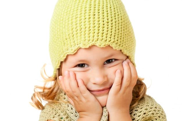 Bambino carino in cappello lavorato a maglia